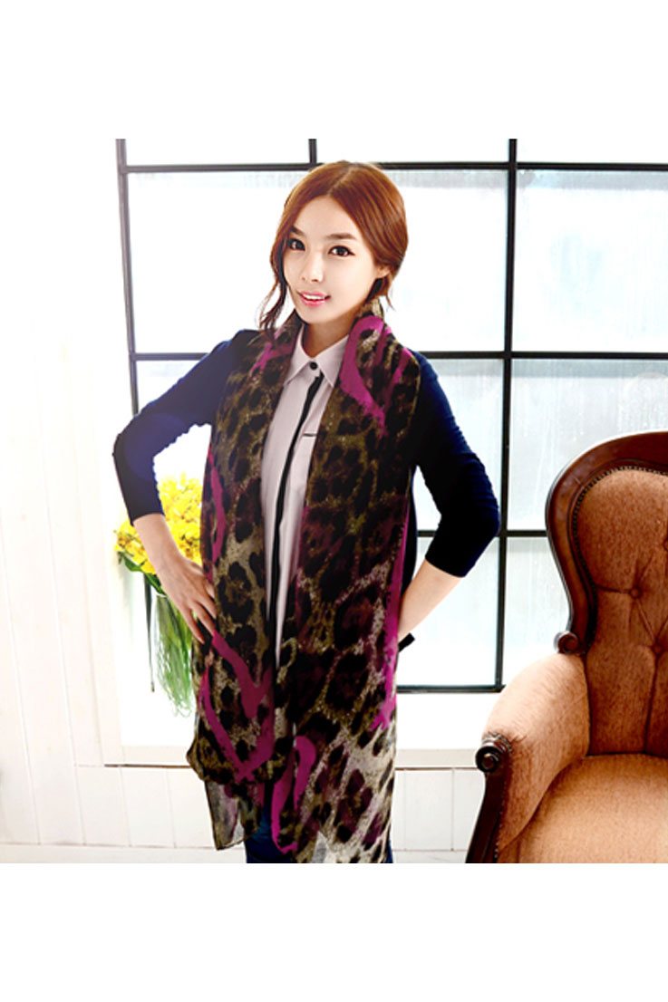Scarf with leopard pattern with pink lines