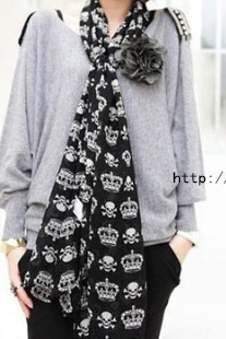 Scarf in black with white crowns and skulls