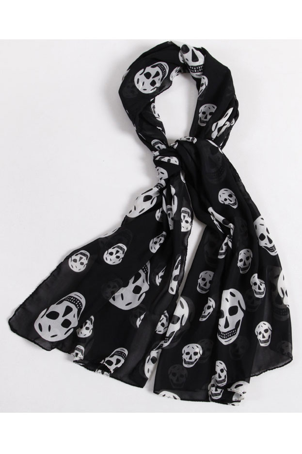 Scarf in black with white skulls