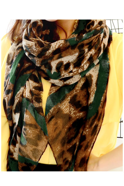 Scarf with leopard pattern and green lines