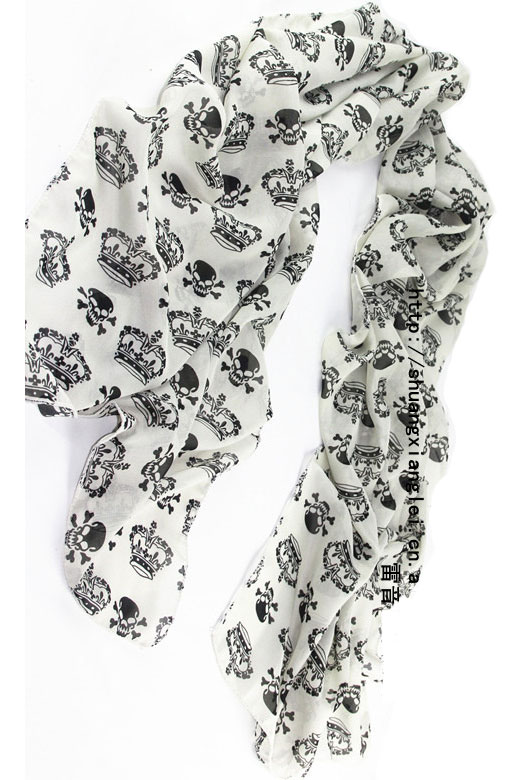 Scarf in white with black crowns and skulls